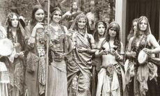 La danza tribal y su origen: vuelta a los orígenes de la feminidad